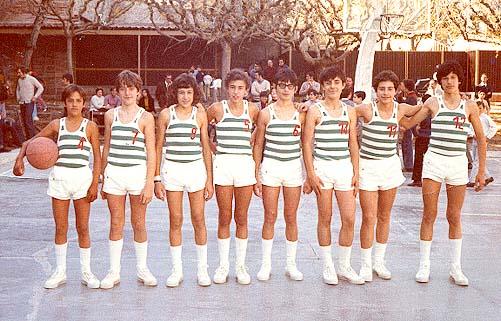 Equipo infantil de baloncesto en Gelida, en 1971 en la Pista del Casal (Fuente: Página web del  C.E. Gelida)